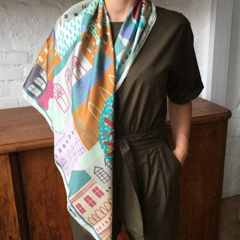 Woman's scarf with handrolled trim 100 cm