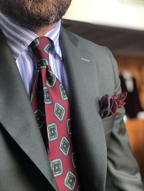 Macclesfield tie burgundy with medallions