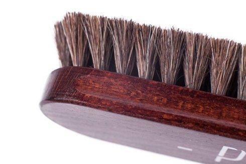 Szczotka do butów w kolorze mahoń