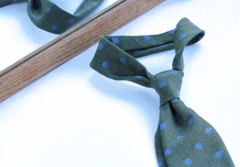 oliwkowy KRAWAT w błękitne grochy